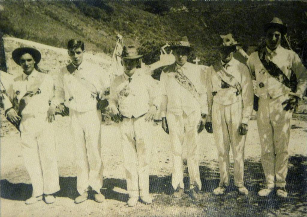 Archivu de José Menéndez Suárez. José ye'l terceru pela manzorga. Danzantes de LLarón, nes fiestes de Santa Eulalla, 8-9-1964.