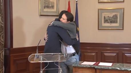 Abrazu Pedro Sánchez y Pablo Iglesias prealcuerdu 10-P