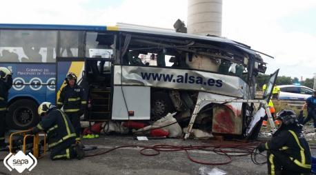 Cinco persones finen nun accidente de tráficu d'un autobús n'Avilés
