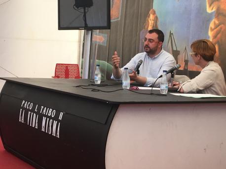 Adrián Barbón y Mily Cimadevilla alcuentru na 'Semana Negra'