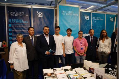 Ana González Rodríguez, Félix Baragaño, Adrián Barbón y Iván Llera nel puestu d'Iniciativa pol Asturianu na FIDMA