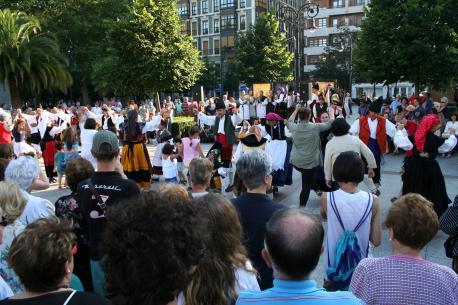 Los bailles tomen la Plaza Mayor de Xixón