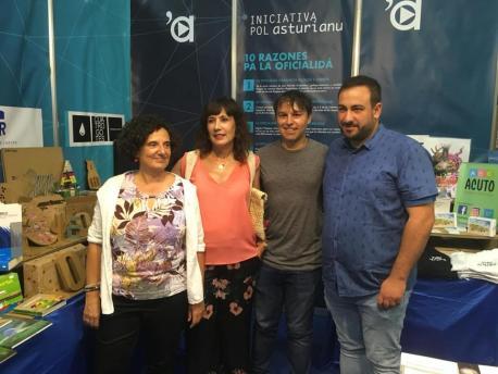 Berta Piñán, María Luz Pontón, Iván Llera y Inaciu Galán nel puestu d'Iniciativa pol Asturianu na FIDMA