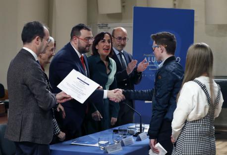 Carmen Suárez, Adrián Barbón y Paula García na entrega de los Premios Estraordinarios d'Educación