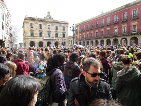 Concentración Plaza Mayor de Xixón 8M dende la entrada de la plaza'l Marqués