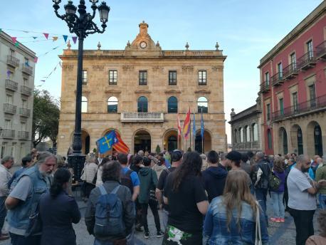 Concentraciones n'Asturies en rempuesta a les midíes del Gobiernu español en Catalunya