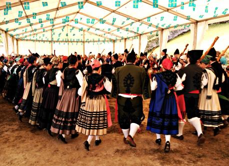 Los traxes d'aldeana y porruanu declaraos Bienes d'Interés Cultural