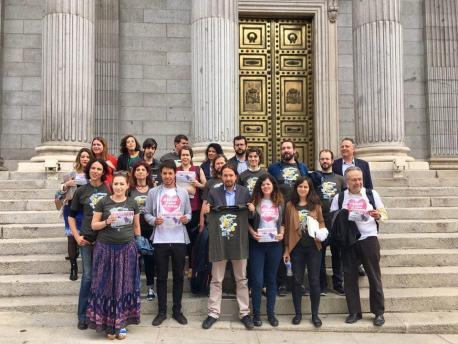 Diputaos de Xuníos Podemos y Compromís sofitando la oficialidá nel Congresu