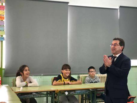 Genaro Alonso visita colexu en Sariegu
