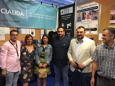 Gimena Llamedo, Adriana Lastra y Adrián Barbón nel puestín d'Iniciativa pol Asturianu na FIDMA