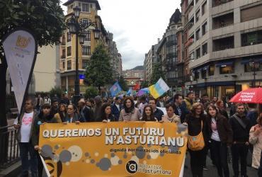 Iniciativa pol Asturianu manifestación Oficialidá