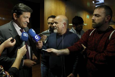 Javier Fernández cola prensa tres l'Alderique d'Orientación Xeneral