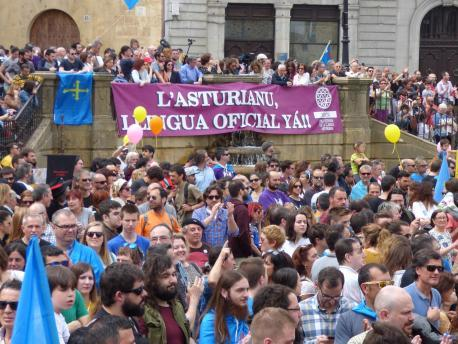 Podemos y Izquierda Xunida alcuerden abrir el procesu pa la reforma del Estatutu pa declarar la oficialidá del asturianu nesta llexislatura