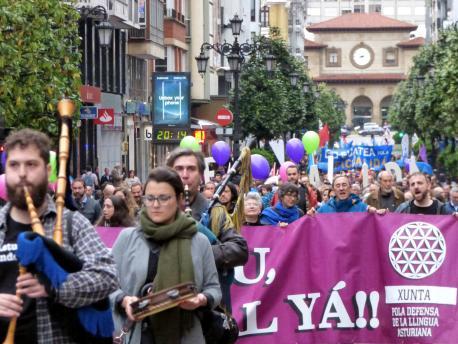 Semeyes de la manifestación del Día de les Lletres Asturianes