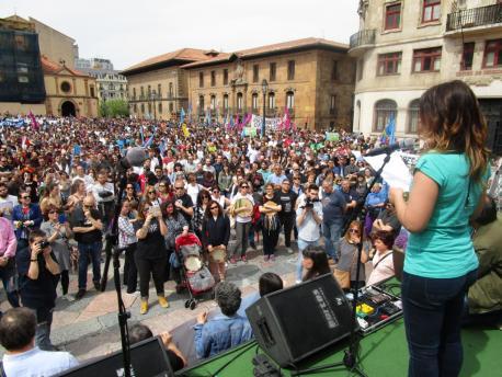 María Cotiello llee'l comunicáu de la XDLA manifestación oficialidá 21-A