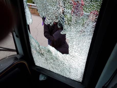 Pedrada al autocar d'HazteOir