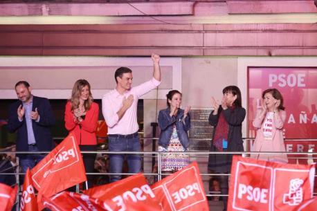 Pedro Sánchez y Adriana Lastra celebración eleiciones 28-A