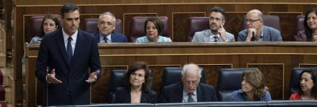 Pedro Sánchez y grupu parllamentariu socialista