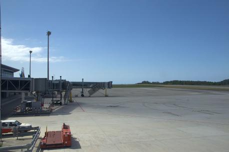 Plataforma d'estacionamientu y pista del Aeropuertu d'Asturies