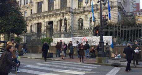 Protesta contra plumeru de La Pampa na Xunta Xeneral