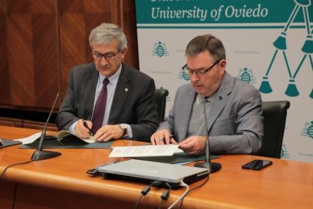 Santiago García Granda y Xosé Antón González Riaño firma conveniu Universidá d'Uviéu y ALLA