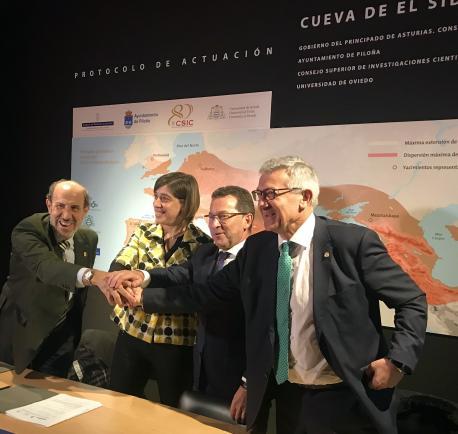 Víctor Velasco, Patricia Ferrero, Genaro Alonso y Santiago García Granda firma protocolu del Sidrón