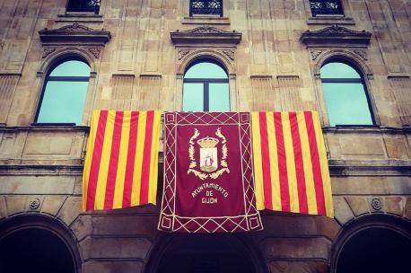 Xixón bandera de Catalunya na Casa Conceyu
