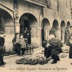 Mercáu de madreñes, sobre 1912, nos antigüos pórticos de les cases, ya desapaecíes, de la plaza la Catedral d'Uviéu.