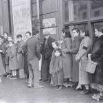 Filera a la puerte del Teatru Dindurra para conseguir provisiones. Xixón, xineru-febreru de 1937. Semeya de David Seymour.