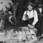 Madreñeros de Trabau. Fritz Krüger, Fotografíes d'un trabayu de campo n'Asturies. Muséu del Pueblu d'Asturies, Xixón.
