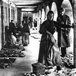 Mercáu de madreñes nos antigüos pórticos de les cases, ya desapaecíes, de la plaza la Catedral d'Uviéu.