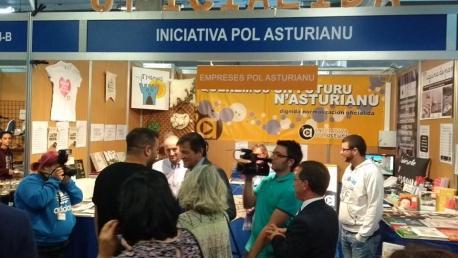 Cargos de toles fuercies polítiques, a esceición del PP, pasaron pel stand d'Iniciativa na FIDMA