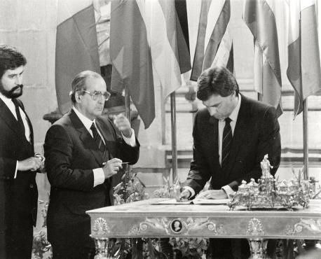 Manuel Marín, Fernando Morán y Felipe González firma entrada España CEE