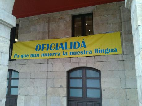 "La pancarta de ""Conceyos pola Oficialidá"" al Plenu del Conceyu d'Avilés"