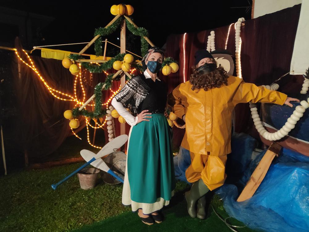 Lolina la Rulera y L'Anguleru con un Ramu de Nadal