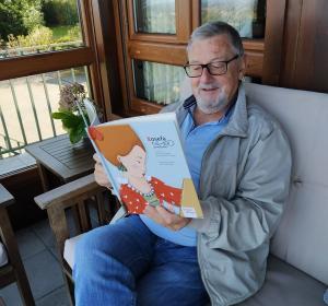 Vicente García Oliva col llibru sobre Xosefa de Xovellanos