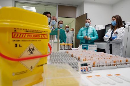 Adrián Barbón nel Llaboratoriu de Microbioloxía del HUCA