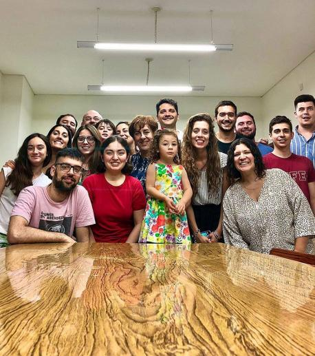 Begoña Serrano con emigrantes asturianos n'Arxentina