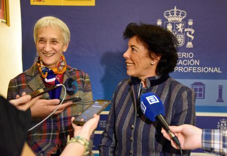 Carmen Suárez y Isabel Celaá prensa tres xunta