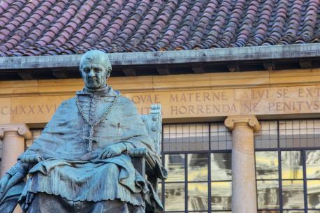 Estatua de Fernando de Valdés Salas nel Edificiu Históricu de la Universidá d'Uviéu
