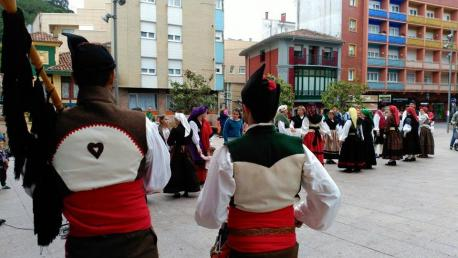 La manifestación pola oficialidá del 6 d'abril calez motores con baille tradicional