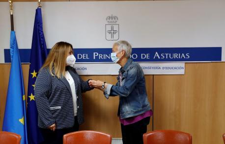 Lydia Espina y Carmen Suárez trespasu de competencies d'Educación
