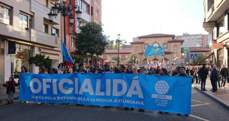 Manifestación Oficialidá XDLA salida XL Día de les Lletres Asturianes