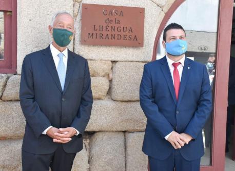 Marcelo Rebelo de Sousa y Aitor García Corte na Casa de la Lhéngua Mirandesa