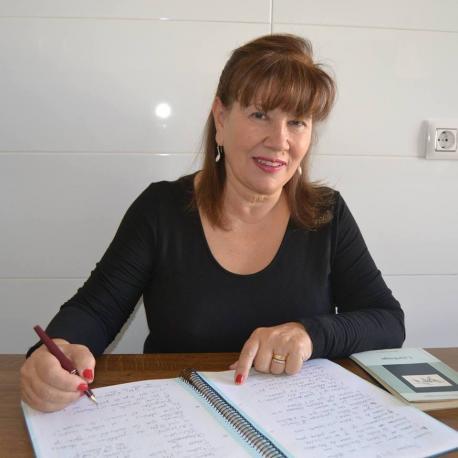 Esther García escribe un poemariu con versión n'asturianu y castellanu
