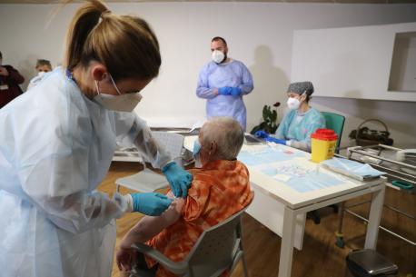Pepita recibe primera vacuna de COVID-19 n'Asturies