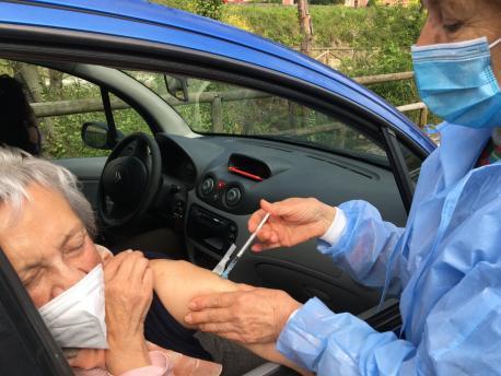 Vacunación a mayor de 90 años en Riosa