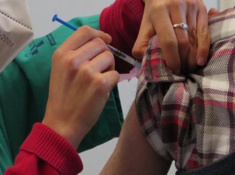 Vacunación a persona mayor