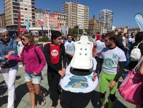 Sotu'l Barcu acueye una xornada de surf solidariu