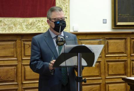 Xosé Antón González Riaño nel XLI Día de les Lletres Asturianes primer planu